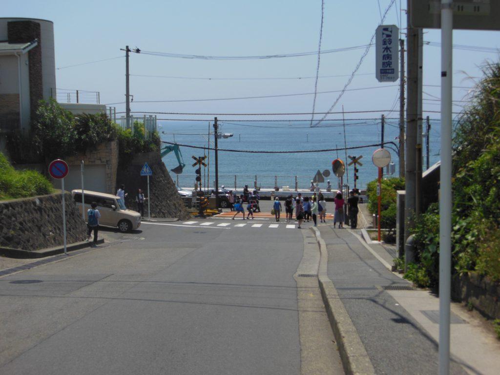 鎌倉高校前駅近くの坂道からみる海の風景