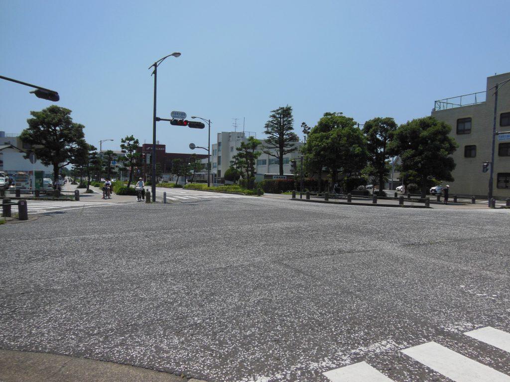 平塚市代官町交番前交差点