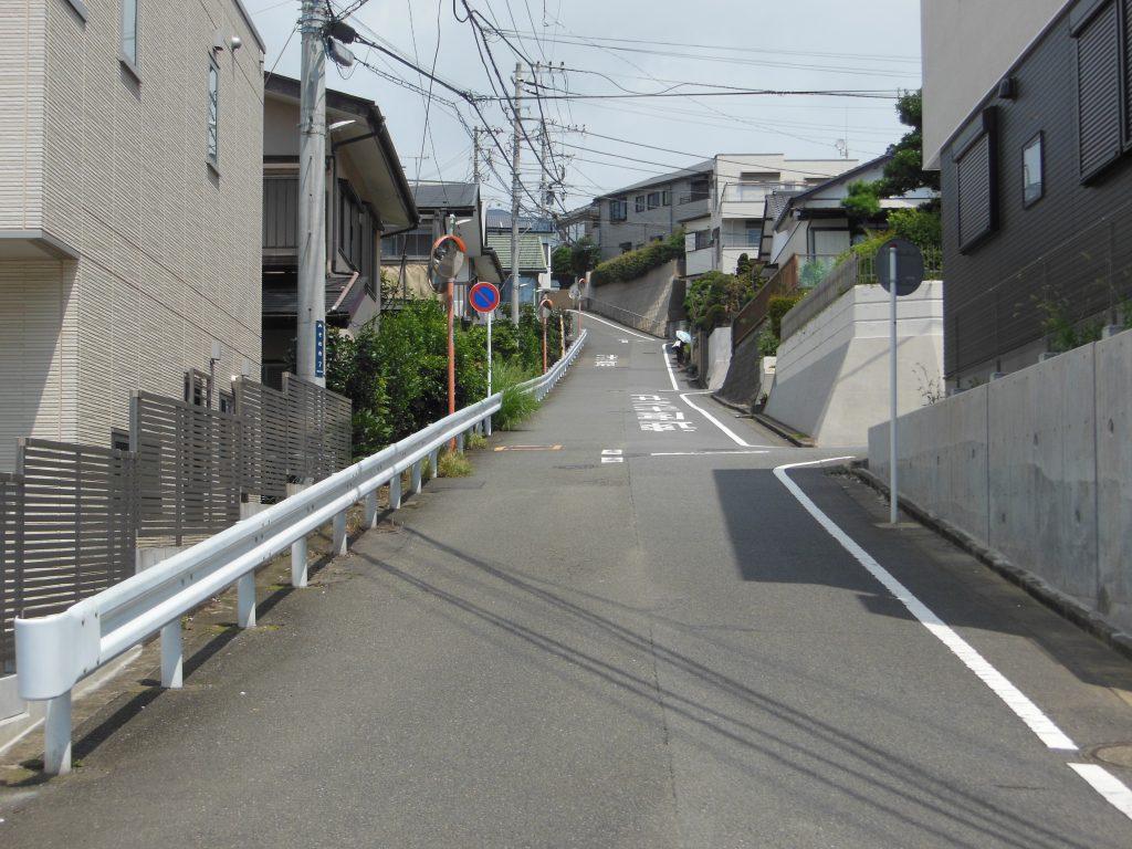 善行駅方面へ坂道を登る