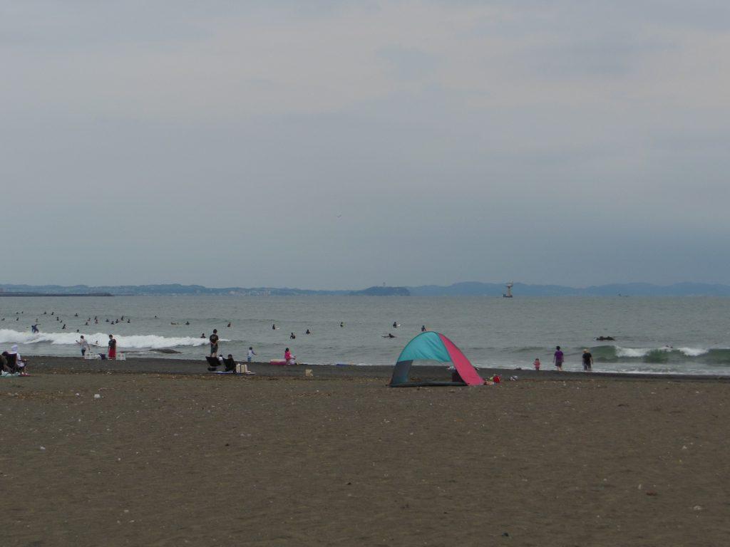 大磯海水浴場から江ノ島を望む