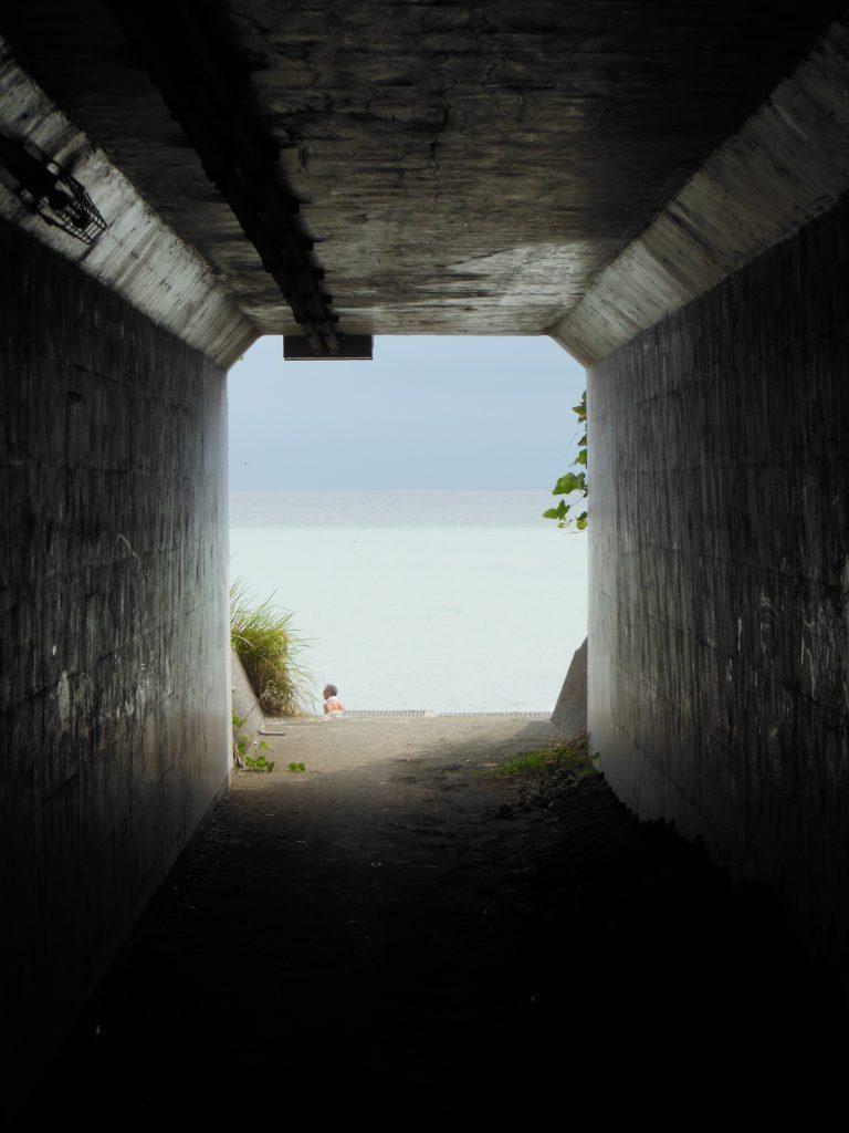 道路下の通路から覗く大磯の海