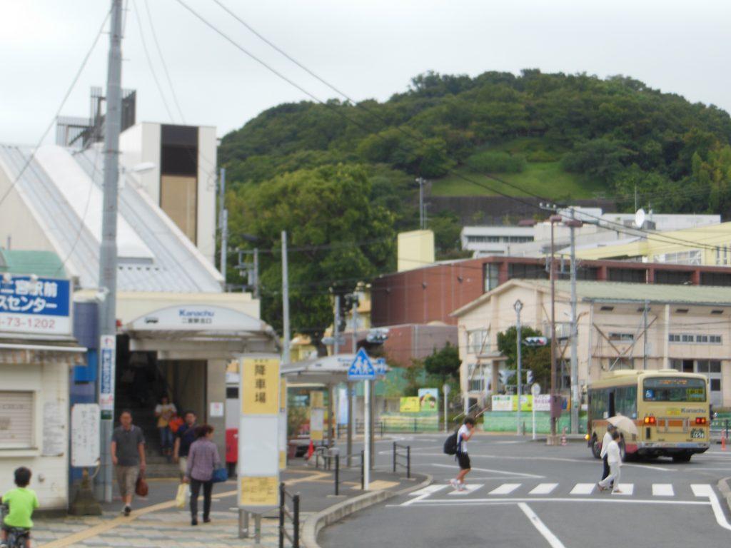 二宮駅北口から吾妻山公園を望む
