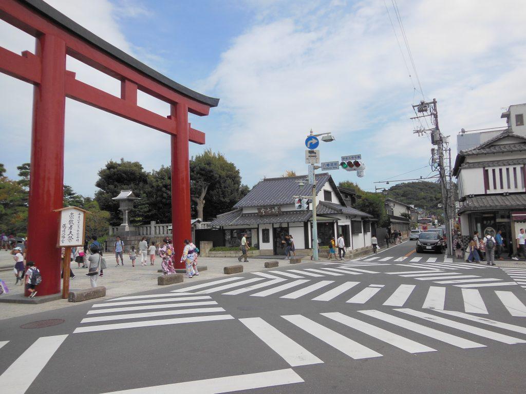 鶴岡八幡宮前から金沢街道方面を臨む