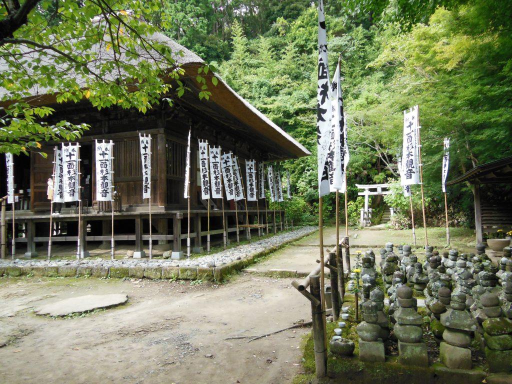 茅葺き屋根の杉本寺本堂