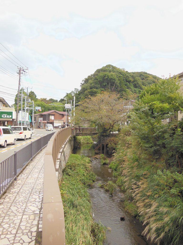 滑川沿いに金沢街道を報国寺方面へ進む
