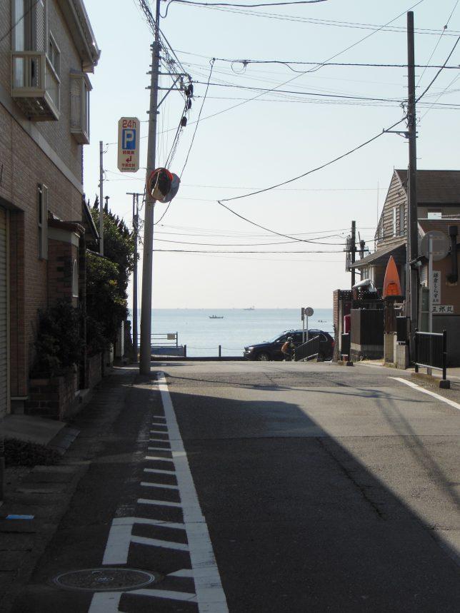 星ノ井通りから坂ノ下海岸を臨む
