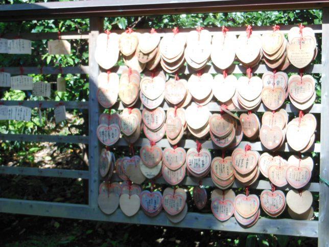 ハートの形をした葛原岡神社の絵馬