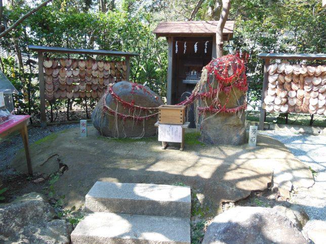 葛原岡神社・縁結びの石
