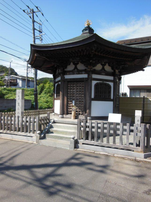 道の途中にある海蔵寺・岩船地蔵堂
