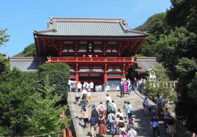 鶴岡八幡宮は多くの参拝客で賑わう