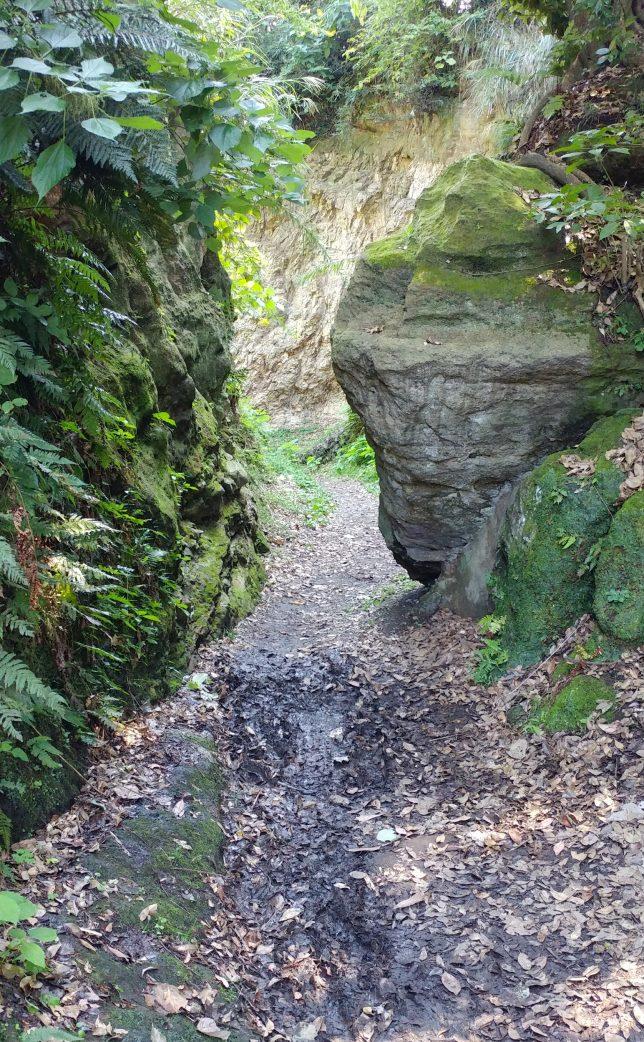 大きな岩の間を抜ける