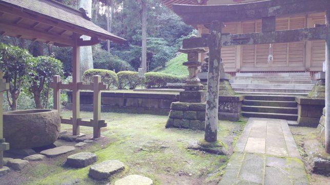 神秘的な雰囲気が漂う熊野神社の境内