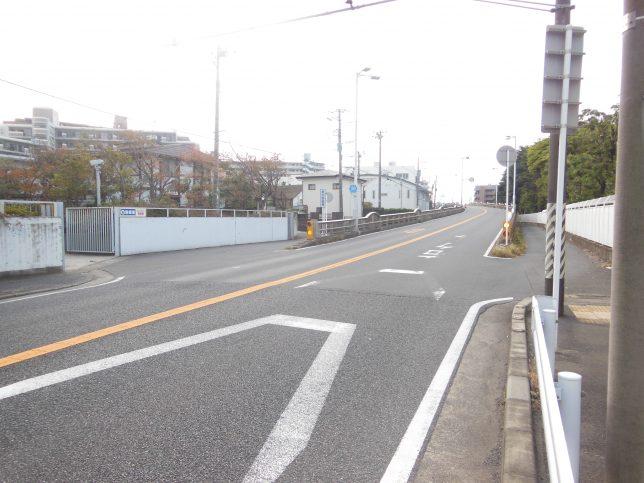 跨線橋は側道を進む