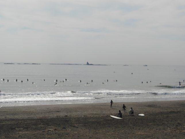 茅ヶ崎のサーファーと烏帽子岩