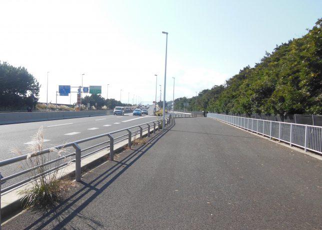 西湘バイパス入口を側道へ