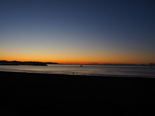 夜明けを迎えた片瀬東浜