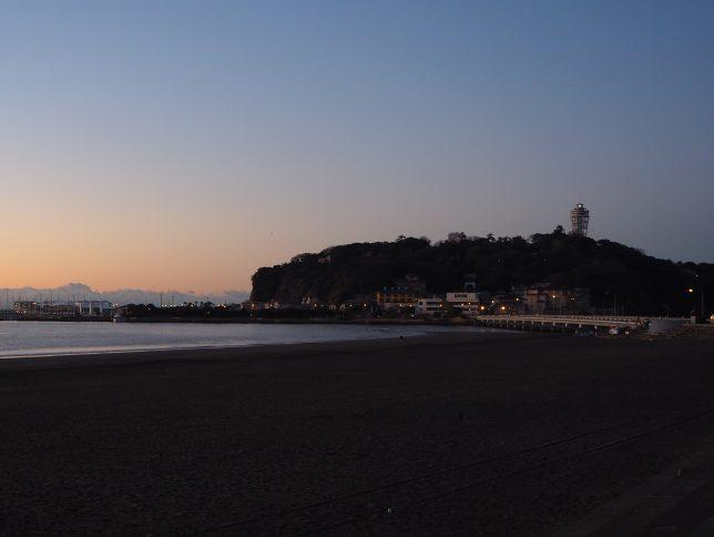 日の出を見に江の島に向かう