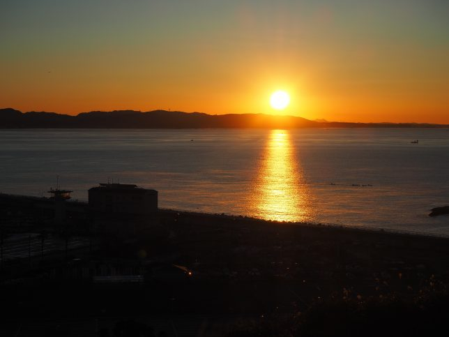 ヨットハーバー越しに日の出を見る