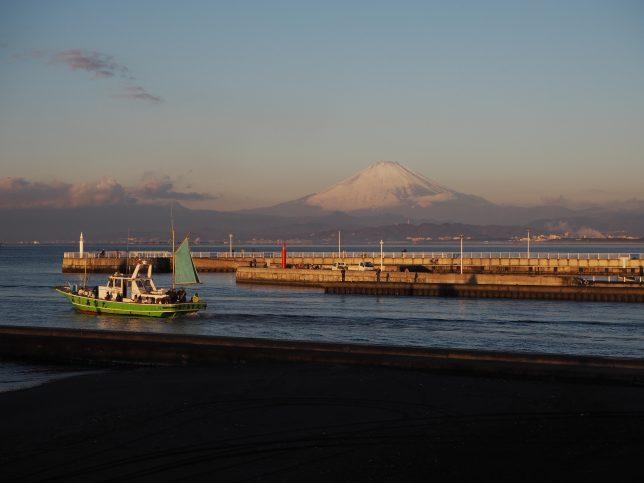 片瀬の釣り船と富士山