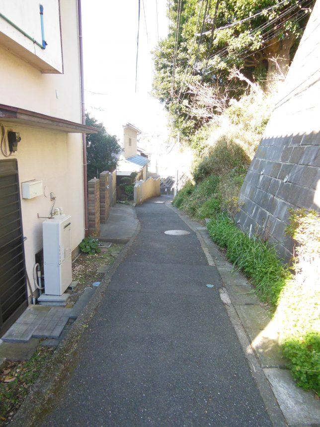 細い路地が続く小坪地区を進む