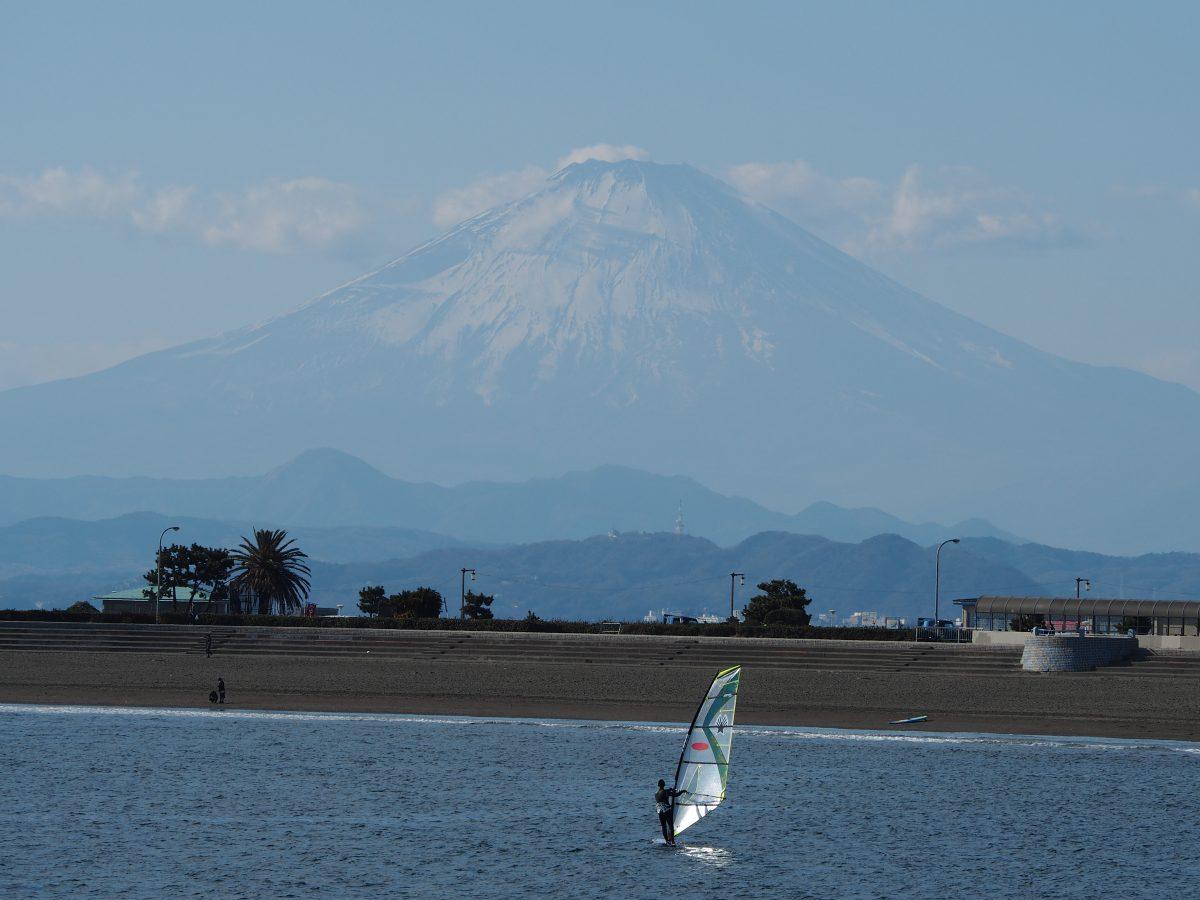腰越漁港から臨む富士山