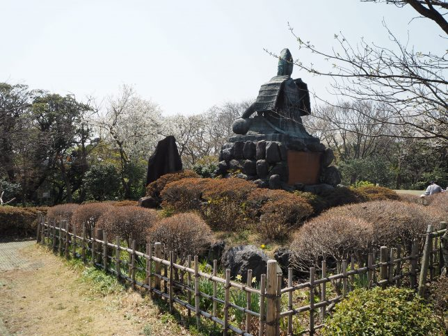 頼朝像前広場の桜
