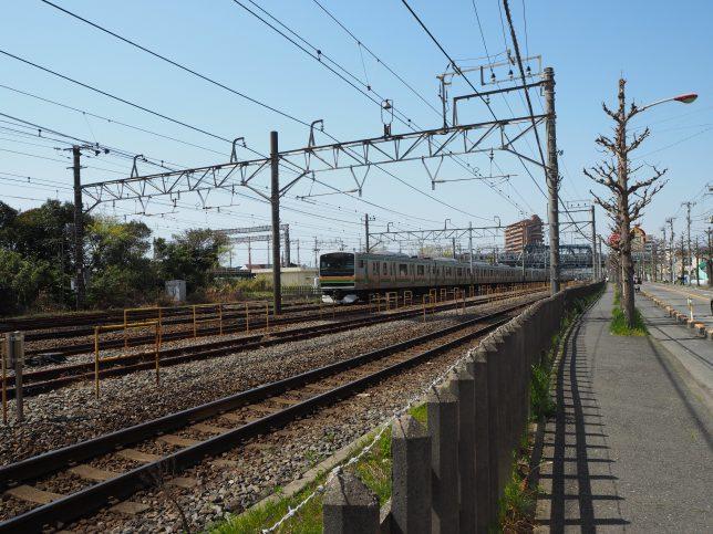東海道線の線路沿いを進む