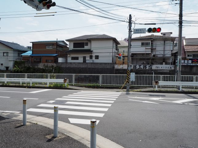 三信住宅入口の交差点を六浦駅方面へ