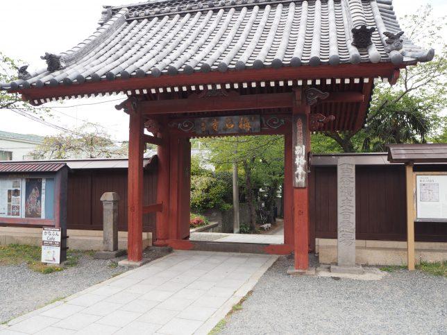 称名寺境内の入口となる赤門