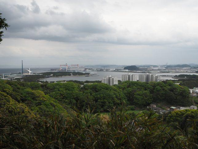 八角堂広場からの金沢八景の風景