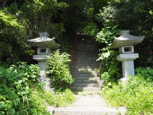 法華堂跡に通じる石段