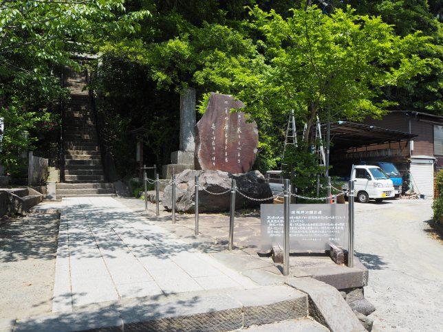 頼朝の墓入り口と法華堂に通じる脇道