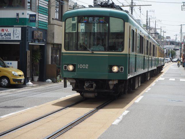 路面電車区間で江ノ電とすれ違う