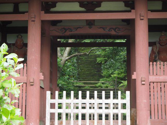 妙法寺の仁王門越しに見る石段