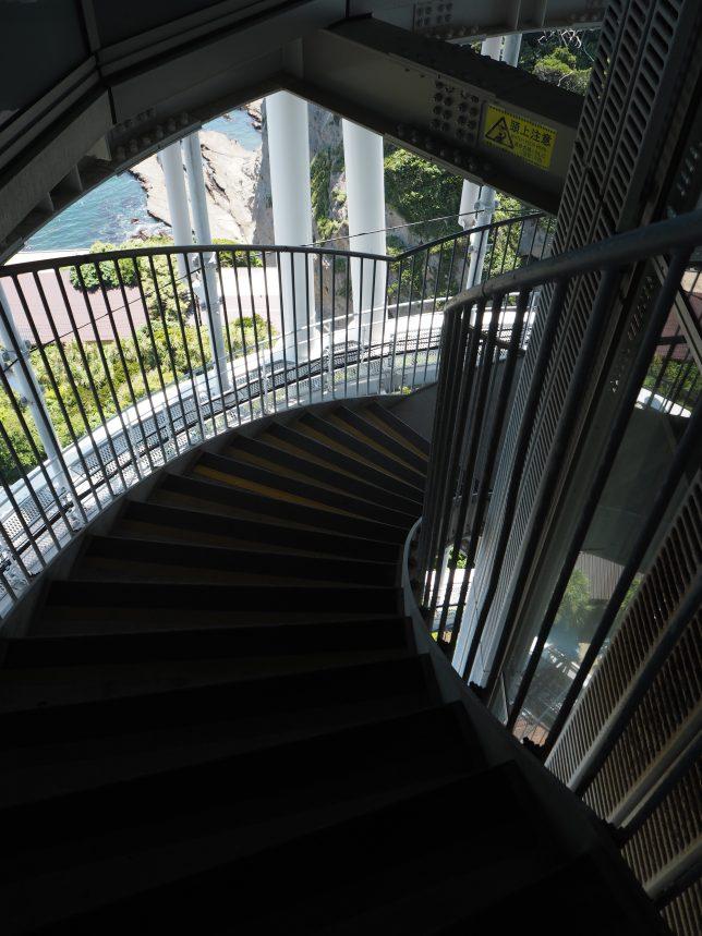 シーキャンドルの外階段を降りる