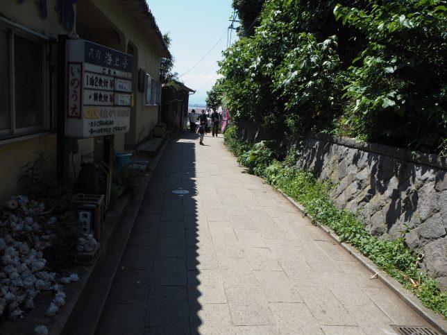 奥津宮方面への路地をいく