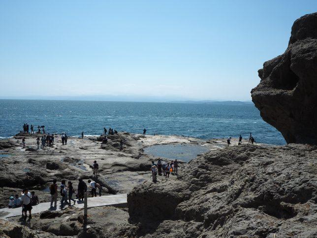 稚児ヶ淵を右手に見ながら岩屋を目指す