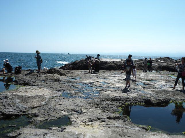稚児ヶ淵では多くの人が海辺を楽しむ
