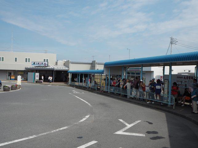 多くの人がバスを待つ