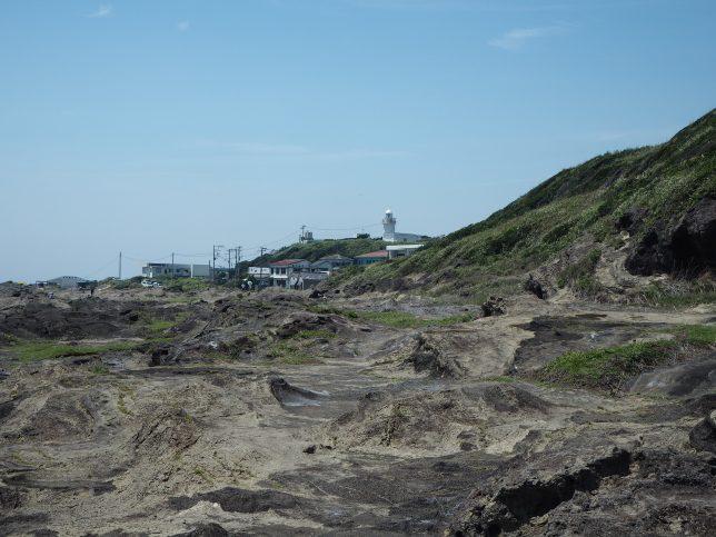 城ケ島灯台を目指して岩場を歩く